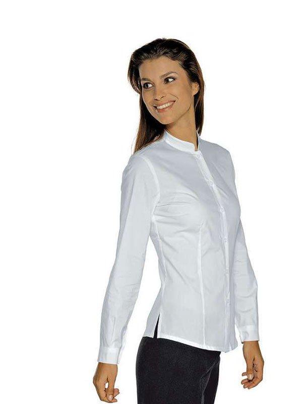 Una donna che indossa una camicia  bianca e dei pantaloni di una tuta nera di velluto