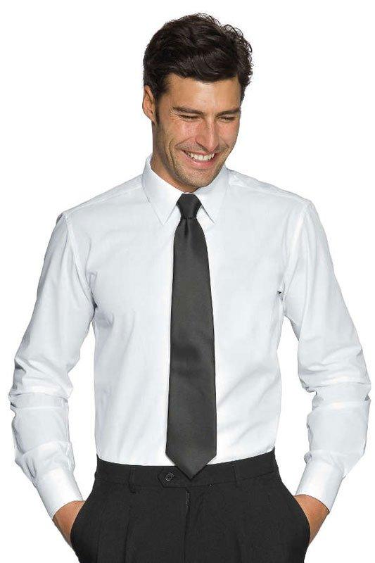 Un uomo sorridente con mani in tasca che indossa una camicia bianca, una cravatta e dei pantaloni neri