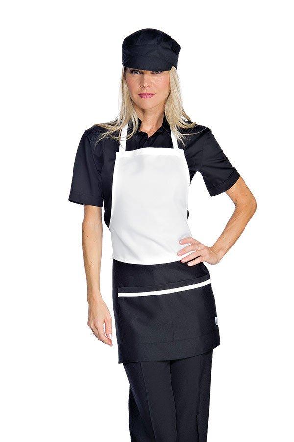 Una donna con capelli biondi indossa uniforme con cappello nero da cucina e un grembiule bianco