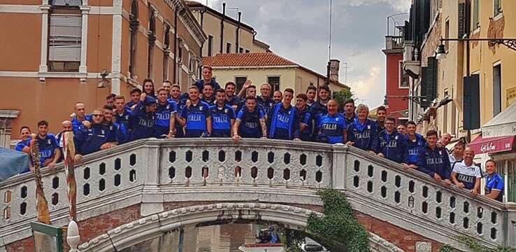 squadra dei medici sportivi su un ponte