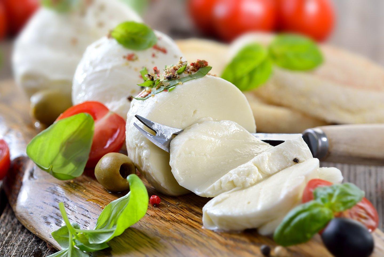 mozzarella  di bufala olive pomodori e basilico