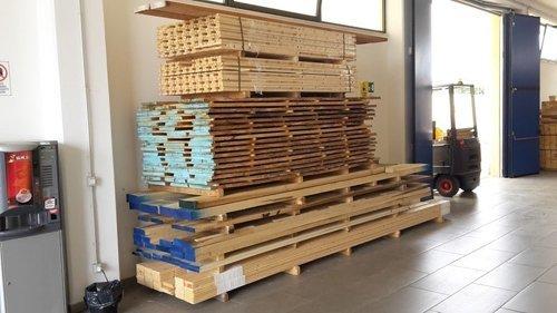 pila di pallet in legno