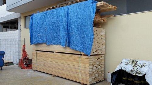legno con stoffa azzurra appoggiata sopra