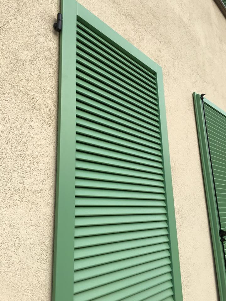 finestre con scuri verdi