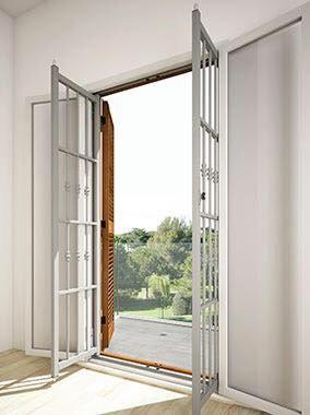 Porta di sicurezza di metallo bianco vista dall'interno