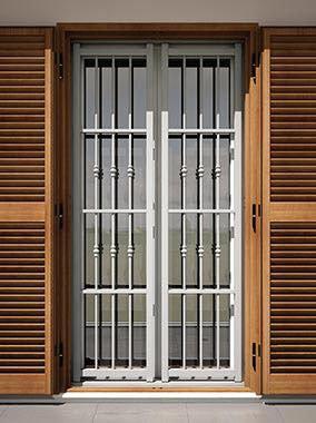 Vista esterno della porta di sicurezza di metallo bianco