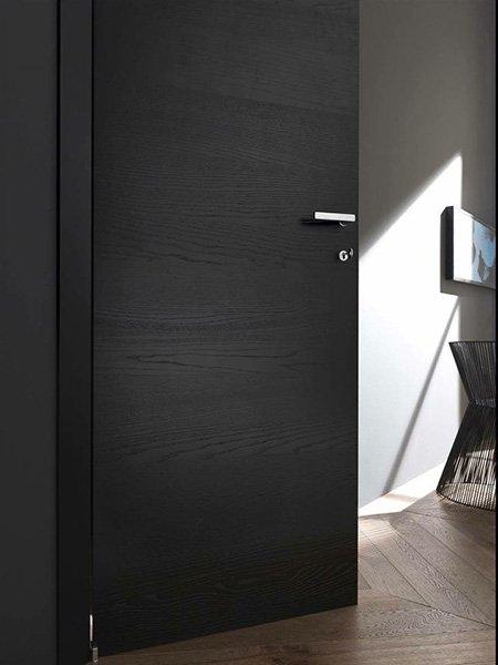 Porta di legno nero con originale maniglia