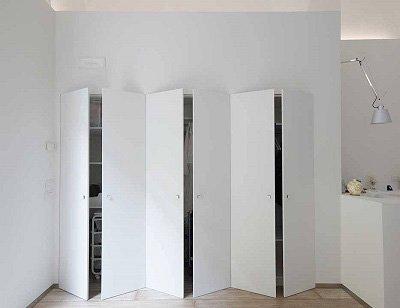 Porte di ripostiglio che una volta chiuse fanno parte della parete