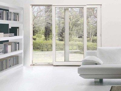Salon con porta scorrevole bianca di grossi cristalli