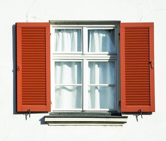 una finestra con scuri aperti su un muro bianco