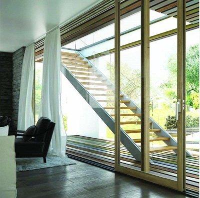 Porta scorrevole marrone che dà accesso alla scala di legno che porta al piano superiore