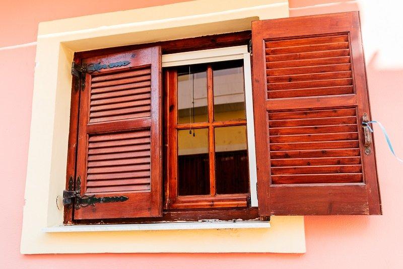 una finestra con scuri in legno