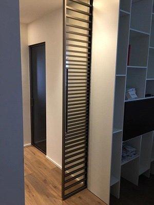 Originale porta chiudendo il corridoio a forma di griglia in colore marrone
