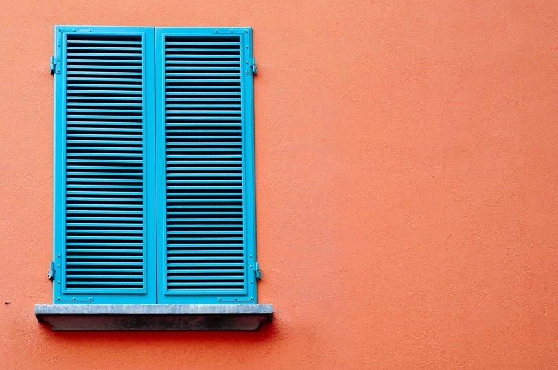 finestra con scuri azzurri