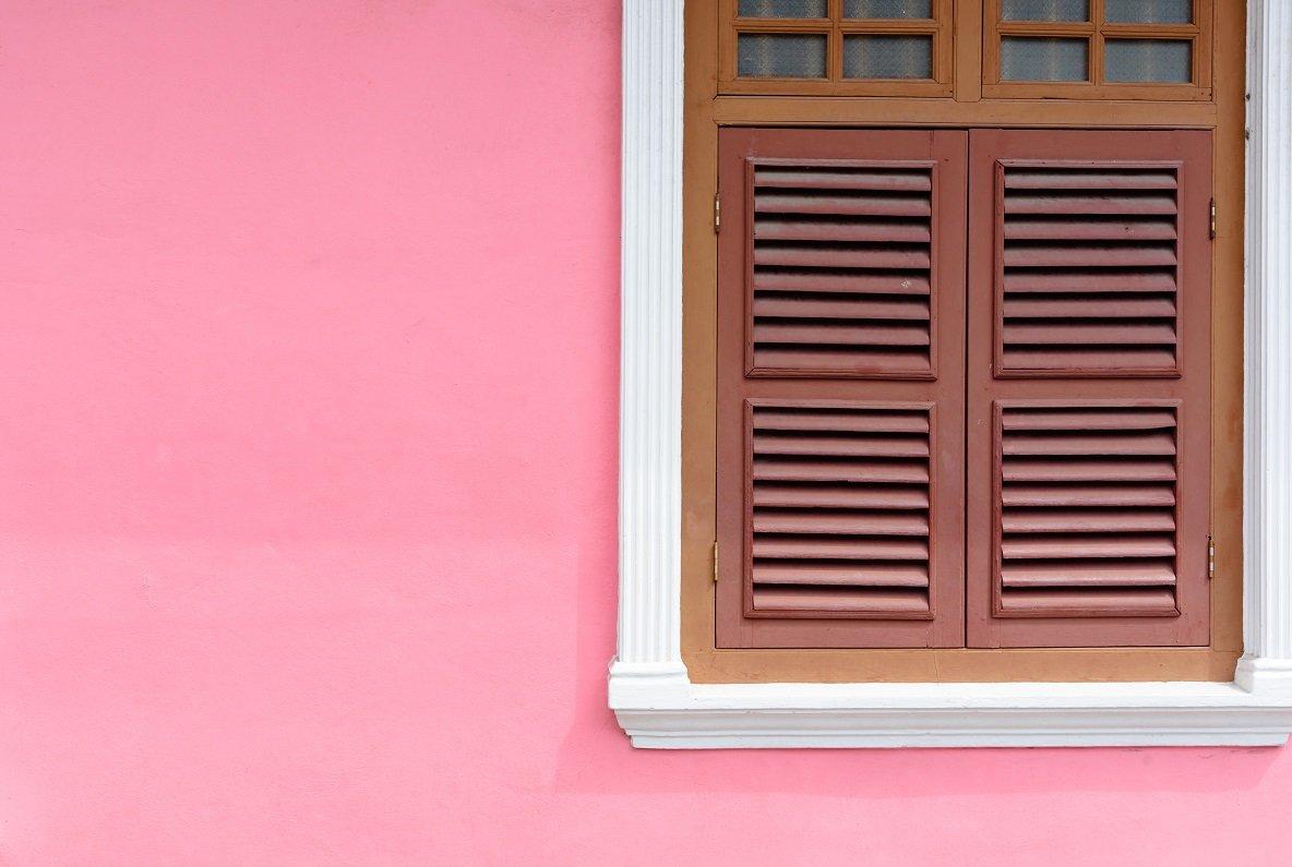 una finestra su un muro rosa
