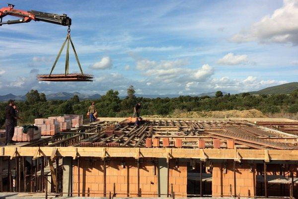 vista frontale lavorazione edilizie e gru