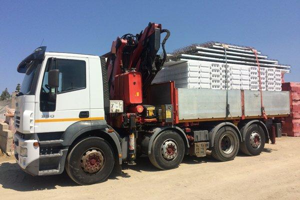 camion trasporta forniture edili