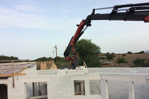 operai al alvoro sul tetto di una costruzione