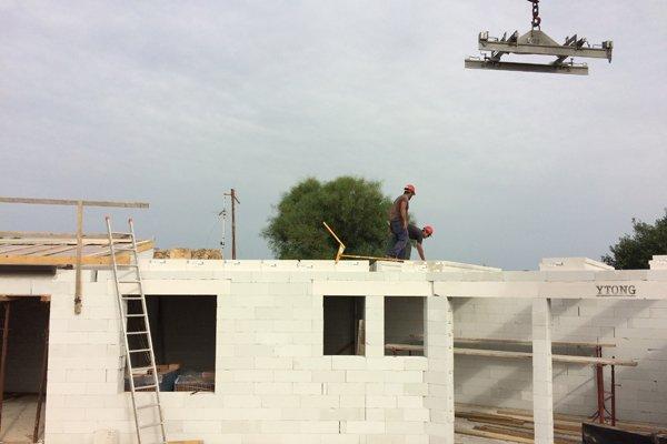 operai durante una costruzione