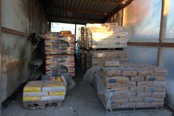 pila di materiali per l`edilizia