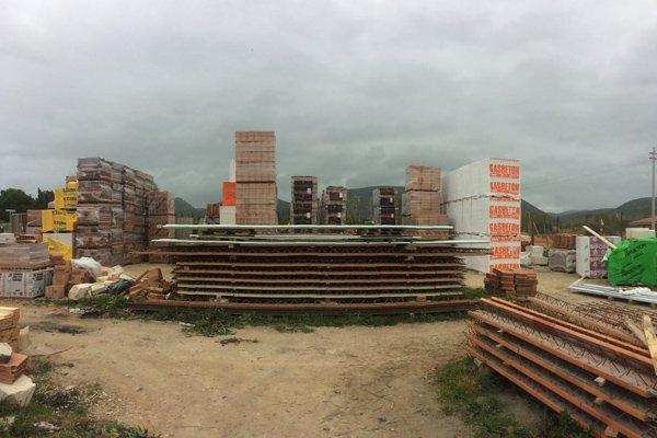 vista frontale di un cantiere con forniture edili