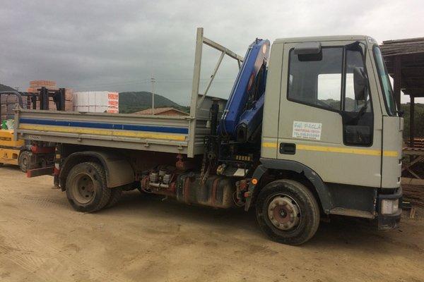 vista lateriale camion per trasporto materiale edile