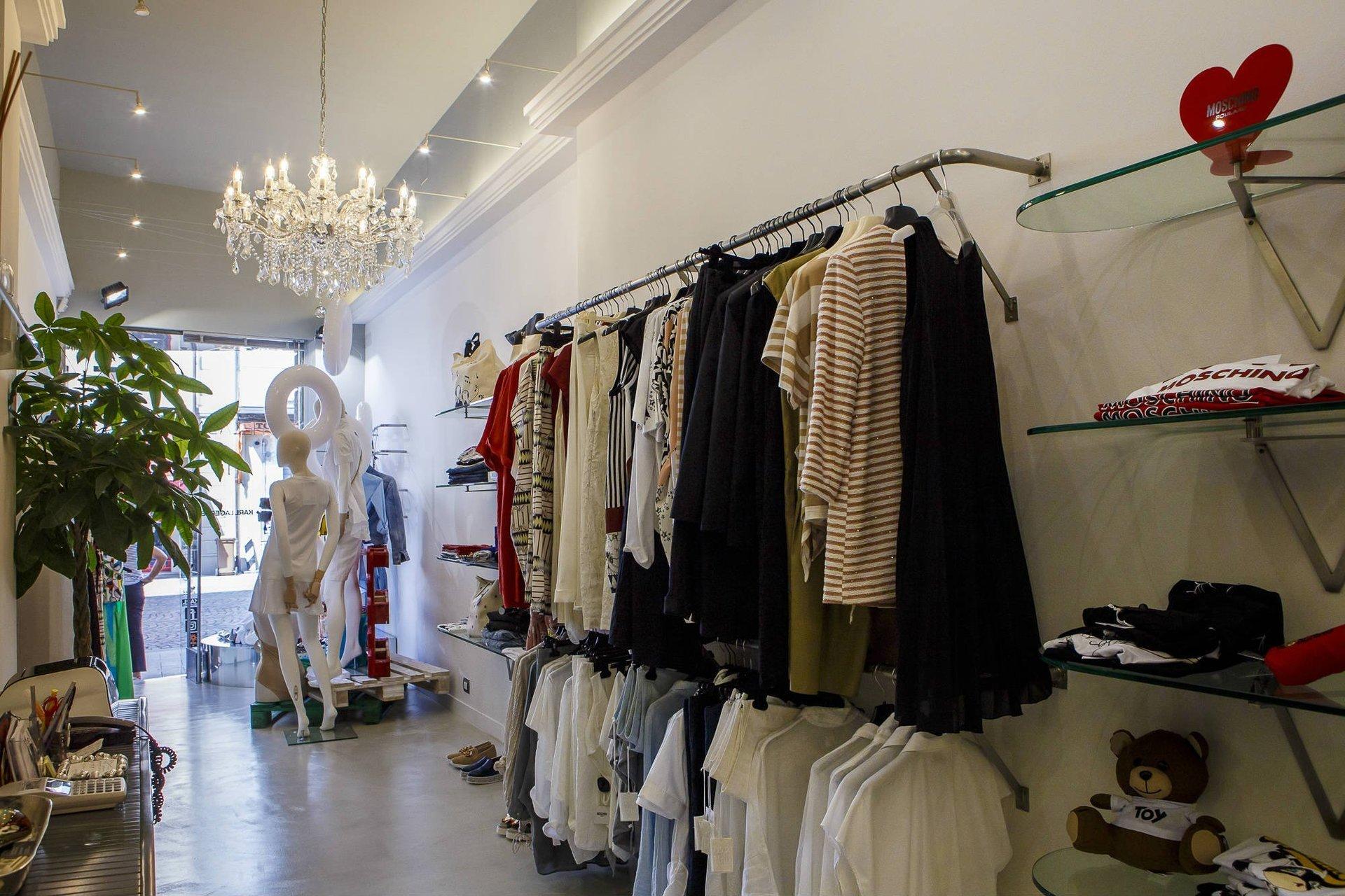 interno di una boutique con degli appendini e vestiti appesi