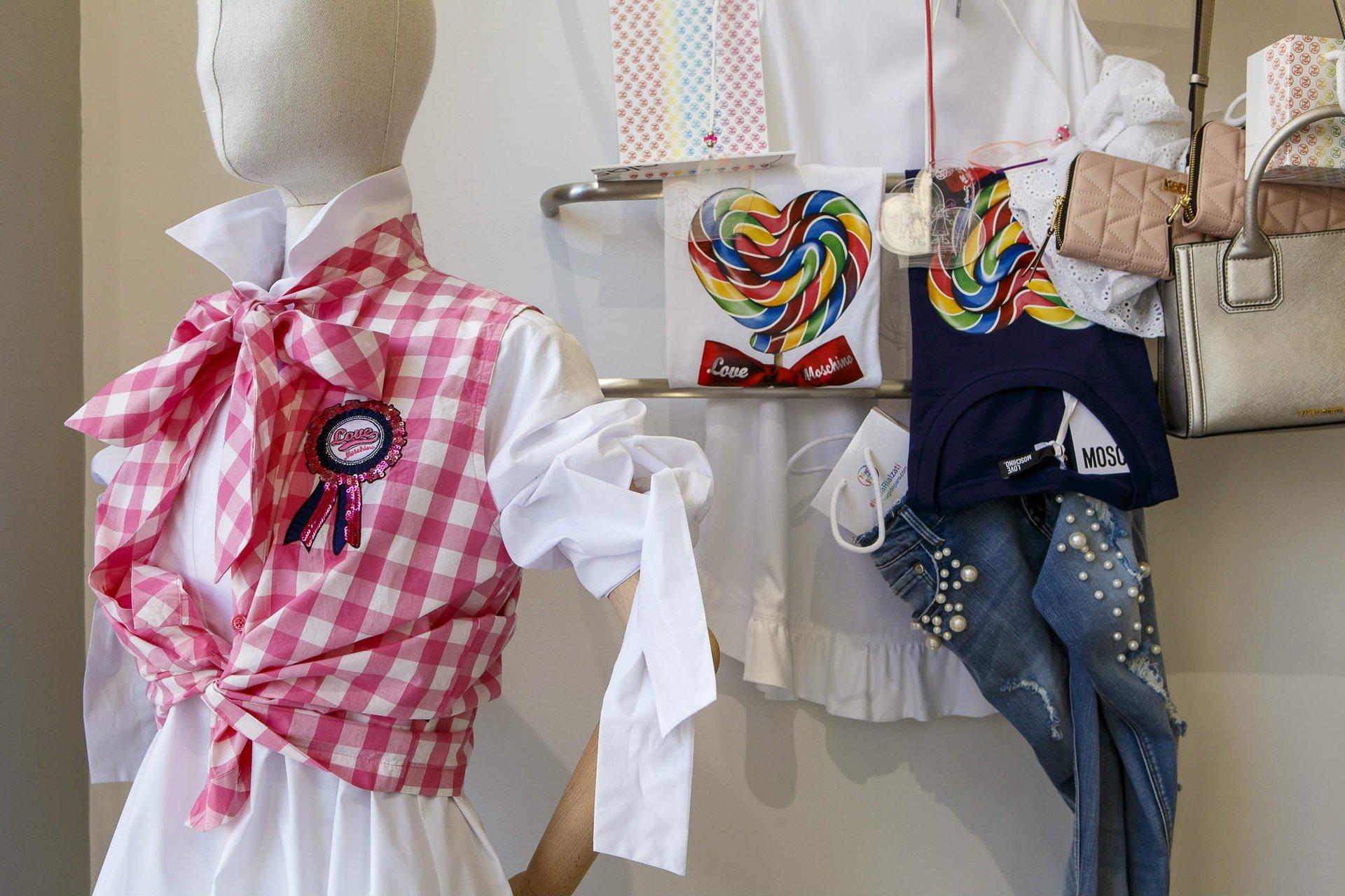 un manichino con una camicia bianca e un gilet a scacchi di color rosa e bianco