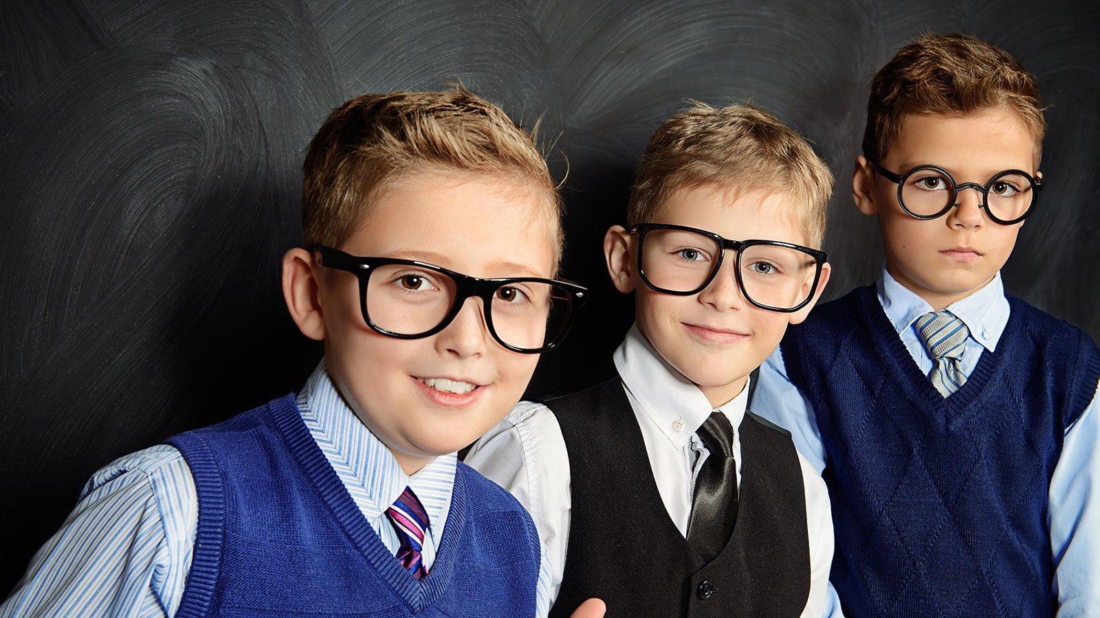 3 bambini con occhiali da vista