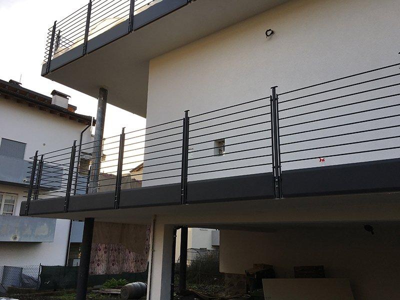 vista dei balconi di uno stabile con ringhiere in ferro