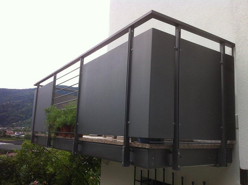 un balcone con il parapetto in ferro battuto