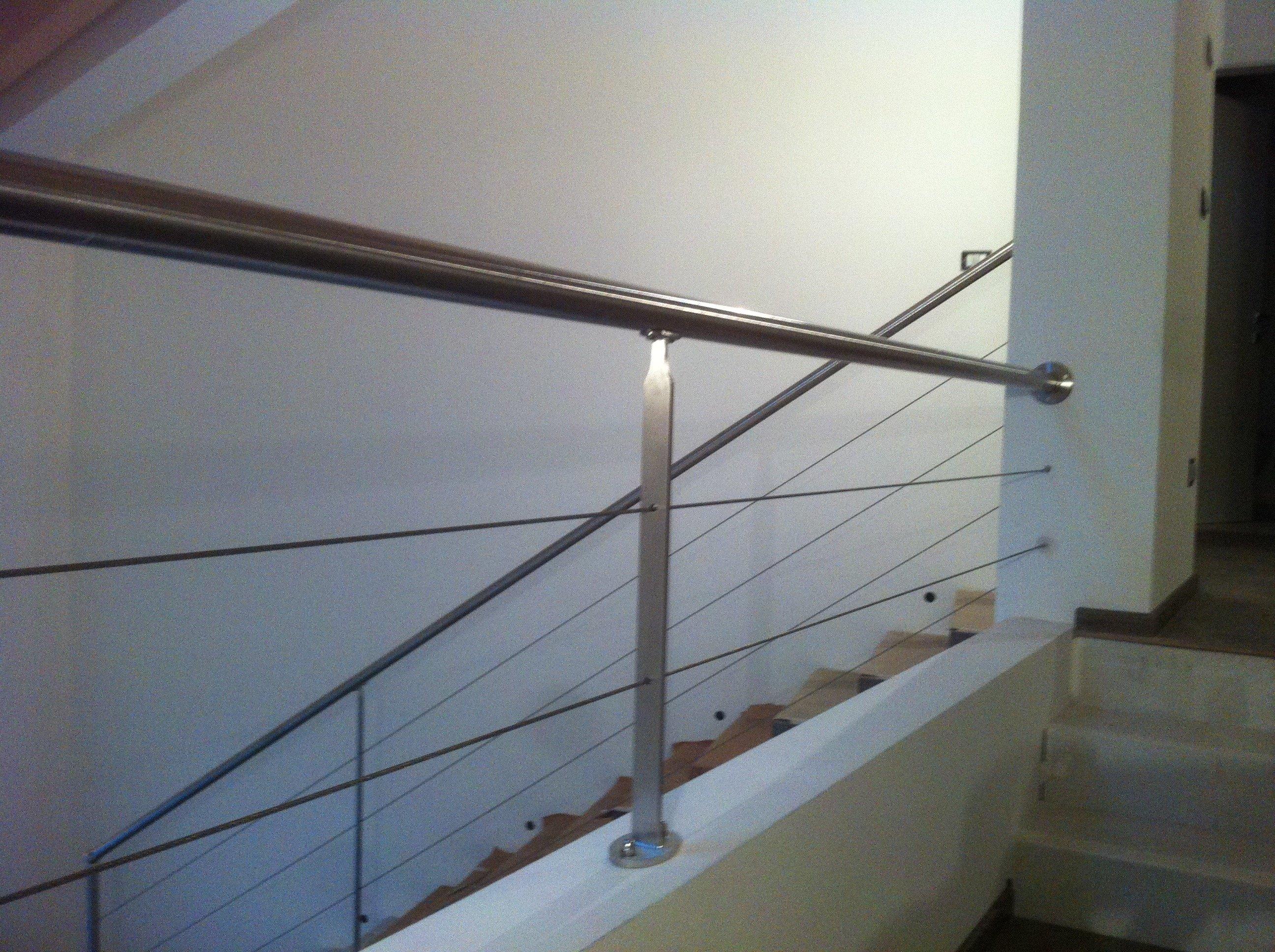 Inferiore di casi di scale per interni con una più ampia passaggi inferiori
