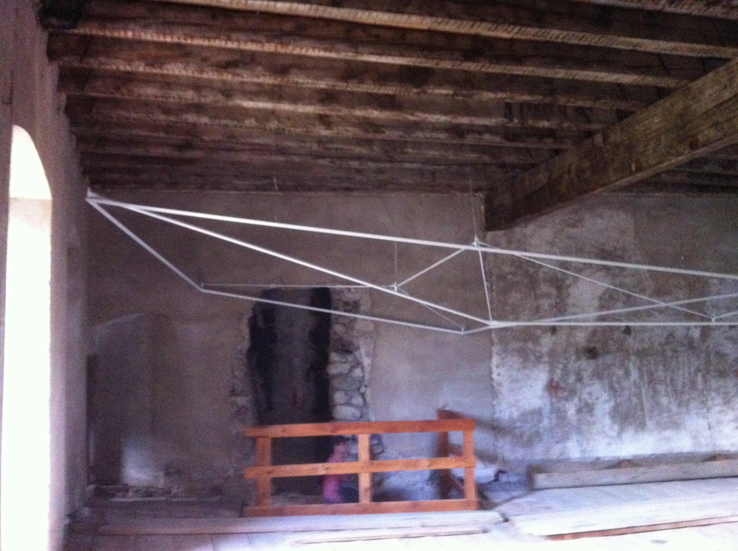 tetto in legno e due balconi con le ringhiere in ferro battuto