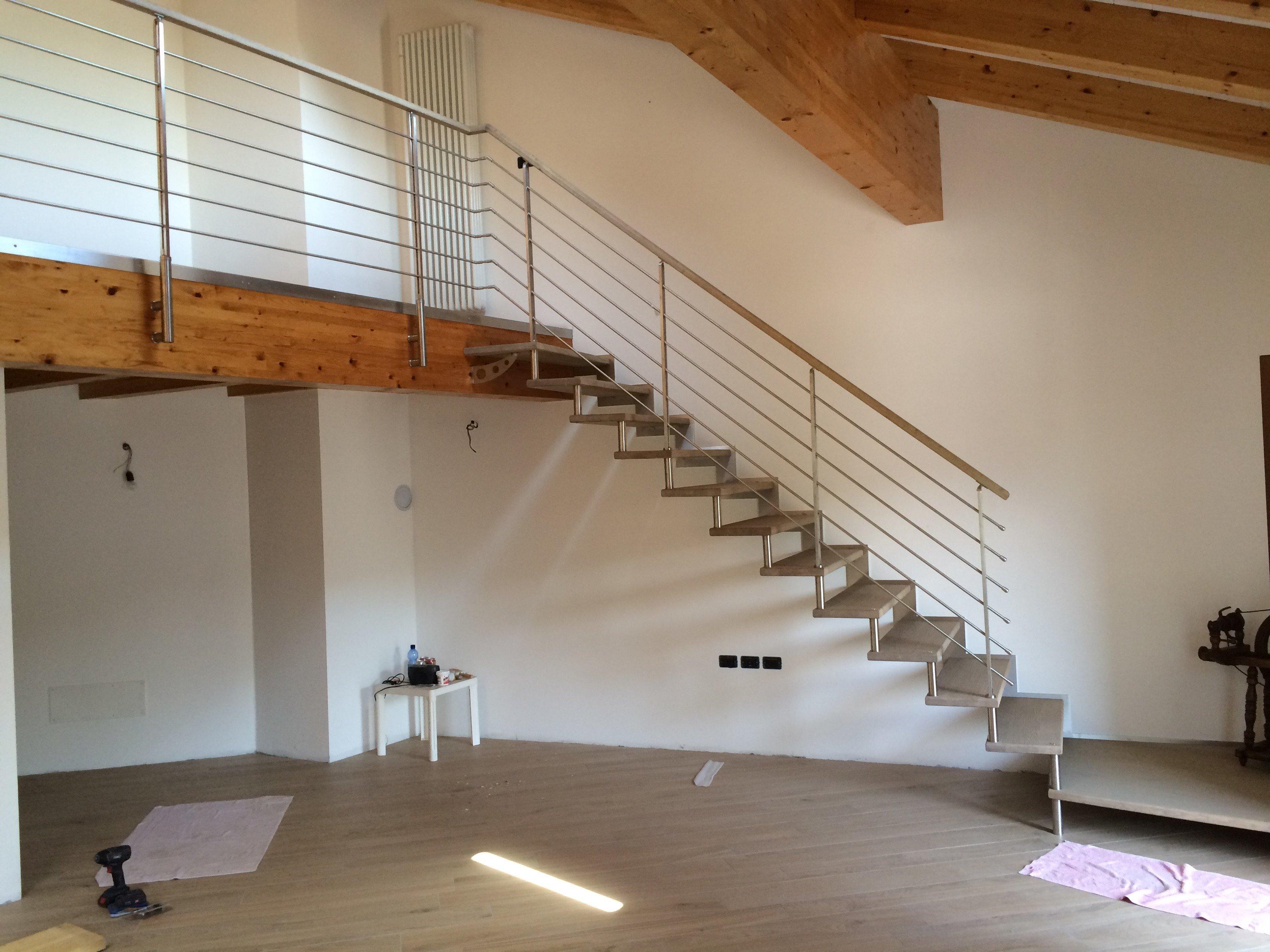 ringhiera coperta di una bella scala con pavimento di legno