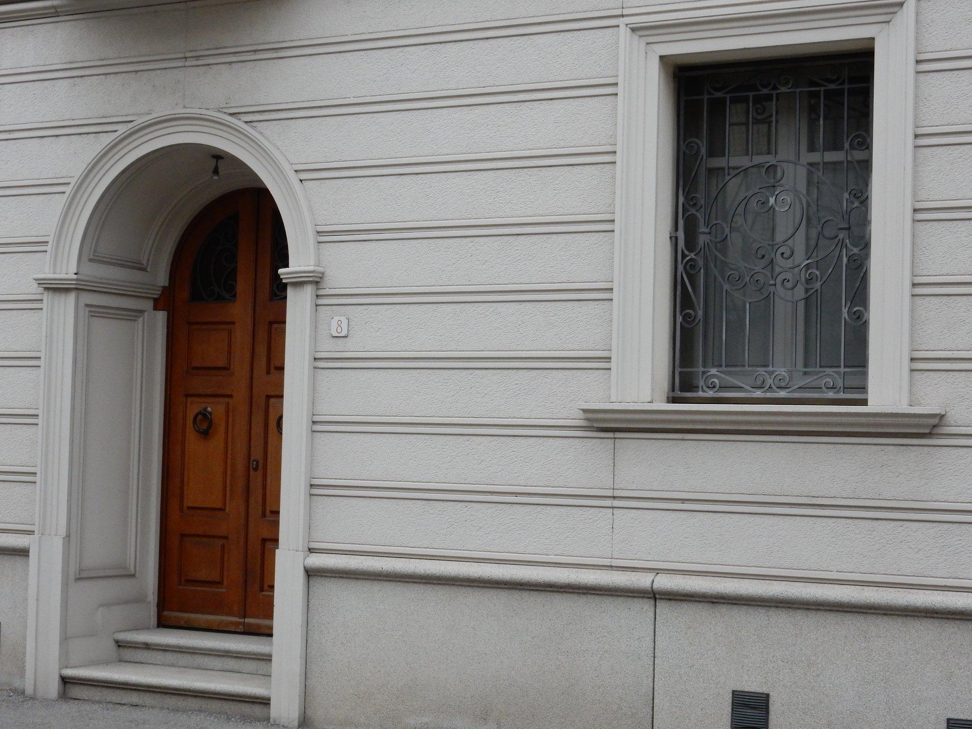 Realizzazione di portali in cemento alessandria for Zoccolo esterno