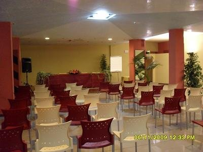 vista frontale di sala per ricevimenti con sedie