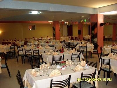vista interna del ristorante con tavoli apparecchiati e sedie