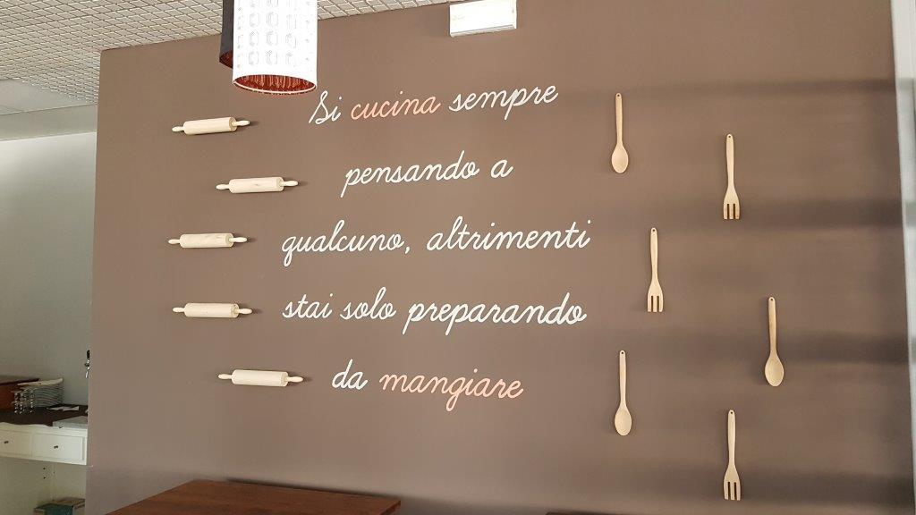cartello in ristorante scritta-Si cucina sempre pensanda a qualcuno, altrimenti stai solo preparando da mangiare