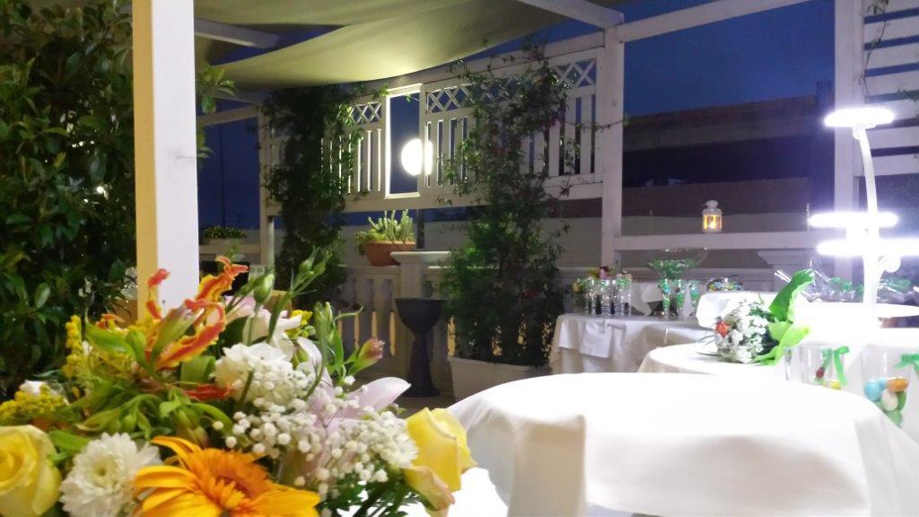 esterna vista del ristorante con giardino