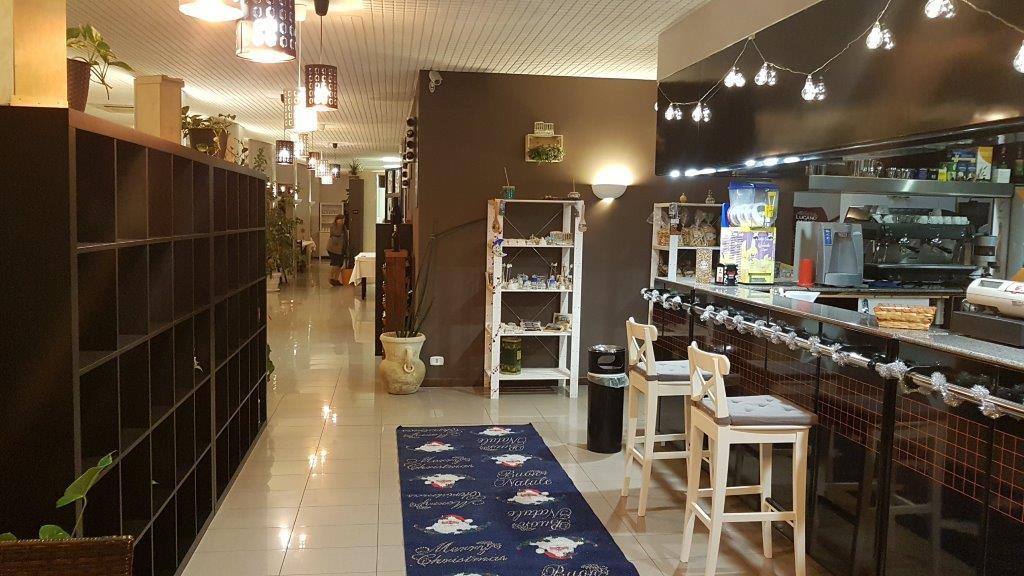 bancone di cucina moderna con scaffali in legno e arredamenti