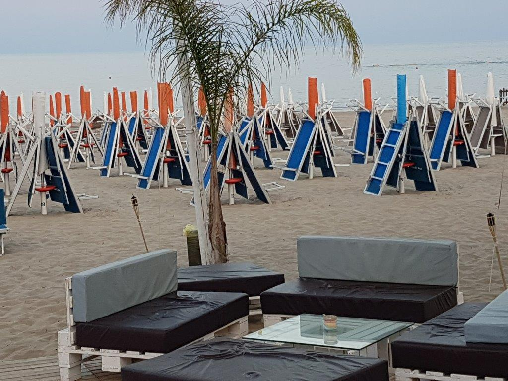 Stabilimenti balneari sulla spiaggia con riva del mare