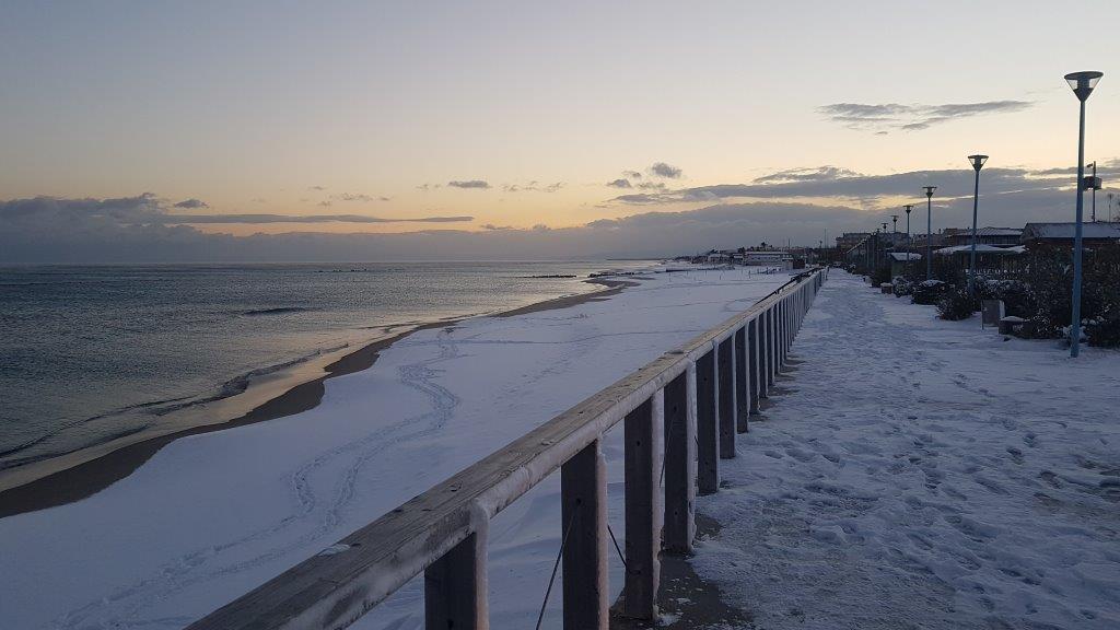 vista della nevicata sulla spiaggia