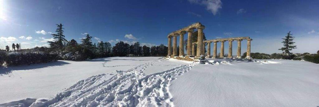vecchie colonne in legno con neve sulla spiggia