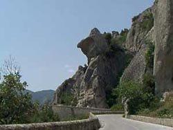 vista laterale di una roccia con strada