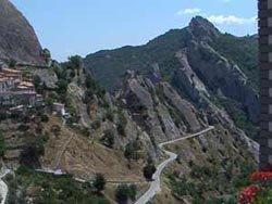 vista laterale di una roccia