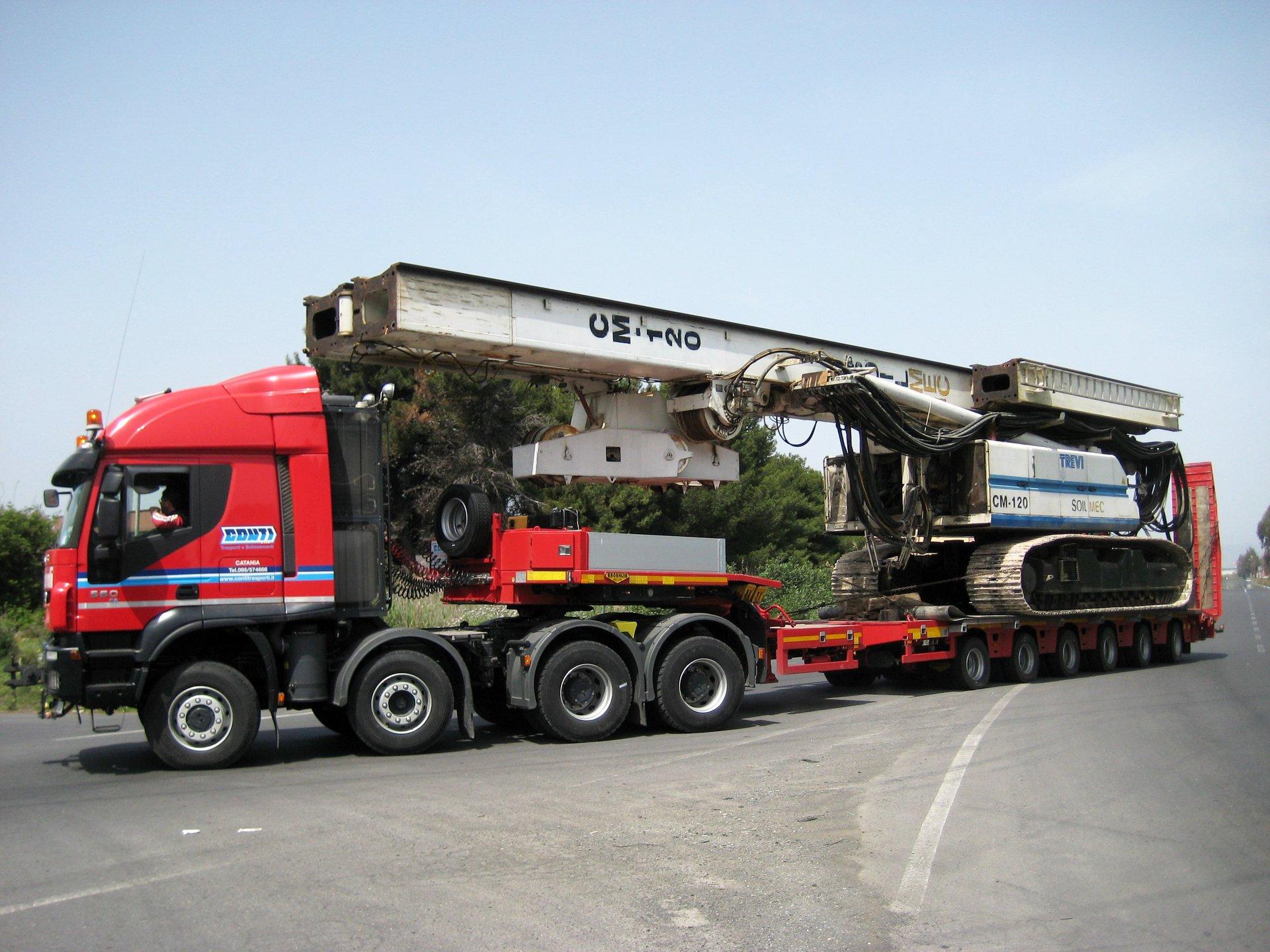 un camion in viaggio su una strada