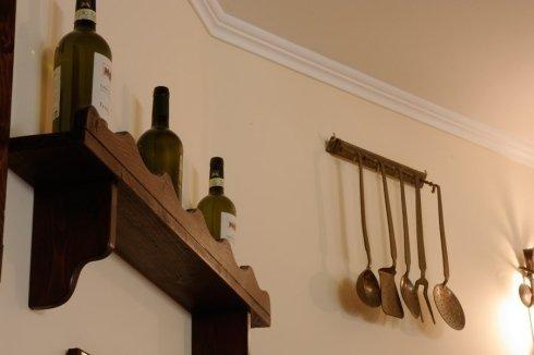 vista laterale della fila di vino e strumenti cucina