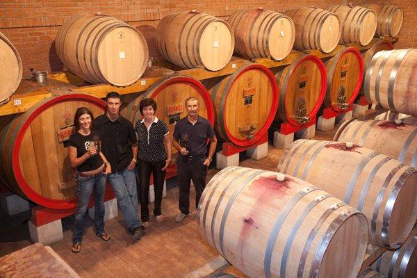 cantina vinicola con staff