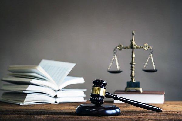 bilancia della giustizia e martello da giudice