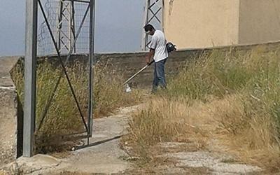 uomo scavando nella zona residenziale vuota